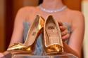 حذاء ذهبي تزينه 236 قطعة من الألماس