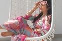 السير بأقدام حافية: صور تثبت عادة النجمات العرب السيئة