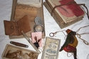 متعلقات وجزء من شعر طفل مات عام 1920