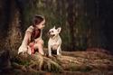 صور طفلة جمعتها علاقة صداقة رائعة مع الحيوانات الأليفة