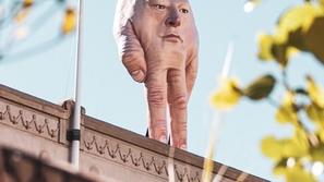 صور: تمثال ليد ترامب يثير ذعر سكان هذه المدينة.. ما قصته؟