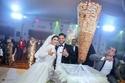صورة ميدو حامد وزوجته ميرنا محمد مبتهجان أمام عامود الشاورما