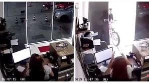 فيديو: حاول جذب انتباه فتاة بدراجته النارية فكانت النهاية صادمة!