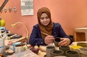 دارين استغلت هوايتها لصناعة الخزف في صناعة الأكواب والأواني الخزفية