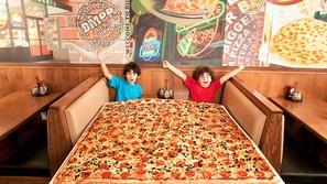 شاهد: هذا المطعم يقدم لزبائنه أكبر بيتزا في العالم ويدخل موسوعة غينيس!