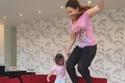 لقطات عفوية جمعت النجوم مع أطفالهم في المنزل: الأخيرة ضربت ابنها بقوة