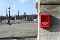الصندوق به وردة حمراء للاستخدام عند الوقوع بالحب من أول نظرة