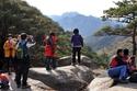 في أوقات العطلات يمارس الشعب الكوري رياضة تسلق الجبال بشكل جماعي