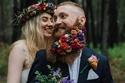 عريس يتزين بالورود في جلسة تصوير الزفاف