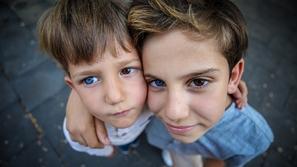 صور: لكل عين لون.. شقيقان لهما ألوان عيون مختلفة ومذهلة تبهر العالم