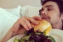 صور لا تُصدق: نجوم يعشقون تناول الطعام في السرير دون أي خجل