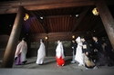 الزي التقليدي للعروس الكورية مع غطاء للرأس يسمى تسونوكاكوشي