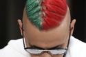 ظهر رامز جلال بشعر يجمع باللون الأحمر والأخضر معاً