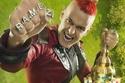 اعتمد جلال على تسريحة شعر مختلفة باللون الأحمر الناري