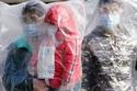 ارتداء أكياس بلاستيك للحماية من كورونا