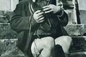 صورة لطفل أسترالى يعانق حذاءه الجديد خلال الحرب العالمية الثانية