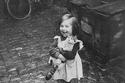 طفلة فرنسية تحمل قطتها في سعادة، 1959