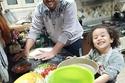 أب وابنته في المطبخ بسبب احجر الصحي