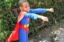 """طفل في الخامسة يرتدي أزياء """"الأبطال الخارقين"""" لسبب إنساني"""