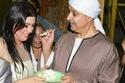 الممثل محمود الدسوقي يطعم زوجته