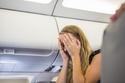 شاب يفاجئ حبيبته بطلب الزواج منها على متن طائرة