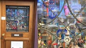 صور: تحفة فنية في نافذة باب منزل أثري تتحول لأصغر متحف في العالم