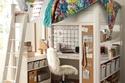 هذا التصميم العبقري للفراش يضمن لك مساحة أسفله لمكتبك، مع أرف تحيطك صالحة لتخزين الكتب