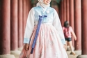 فتاة ارتدت الحجاب مع الزي التقليدي الكوري بشكل رائع