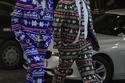 رجلان يرتديان ملابس عيد الميلاد ويمشيان على طول شارع برود ستريت