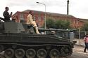 صور: بدلاً من الفيل.. شاب هندي يخطف عروسه على ظهر دبابة عسكرية