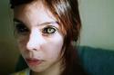 صبغت مقلة عينيها باللون الأسود