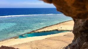 صور: جنة الله السرية.. بحيرة النيزك الرائعة في هذه الدولة العربية