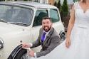 صور: من أجل الحفاظ على سيارته.. هذا ما فعله عريس بفستان الزفاف