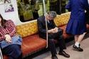 بالصور النوم في الأماكن العامة دليل على الذكاء والعمل الجاد في اليابان