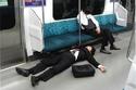 النوم في الأماكن العامة دليل على الذكاء والعمل الجاد في اليابان 2