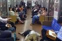 النوم في الأماكن العامة دليل على الذكاء والعمل الجاد في اليابان 1