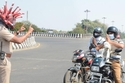 شرطي هندي يرتدي خوذة فيروس كورونا