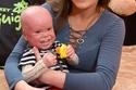 الطفل ميكال مع والدته
