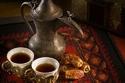 2- تقدم القهوة العربية (بالغلاية) والتمور: تعتبر هذه الضيافة من أكثر الضيافات أصالةً