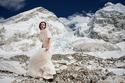 """العروس """"آشلي شميدر"""" بفستان الزفاف فوق جبل إفرست"""