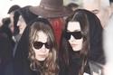 هاندا ارتشيل وشقيقتها غمزة من جنازة والدتهم