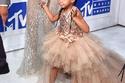 بلو أيفي ارتدت فستاناً من دار أزياء الأطفال Misohka Aoki، بقيمة 11 ألف دولار أمريكي.