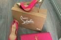 حذاء باللون الوردي