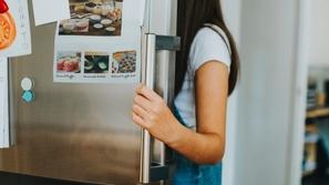 صور: بعد أن حرمتها  والدتها من الجوال.. فتاة تستخدم الثلاجة كبديل