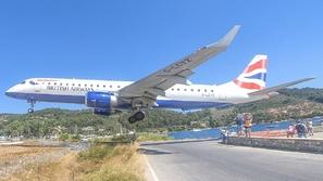شاهد: مغامرة لا تنسى.. في هذه الجزيرة الطائرات تهبط بالقرب من الرؤوس