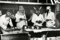 طهاة مطعم يرتدون الأقنعة في ألمانيا عام 1933