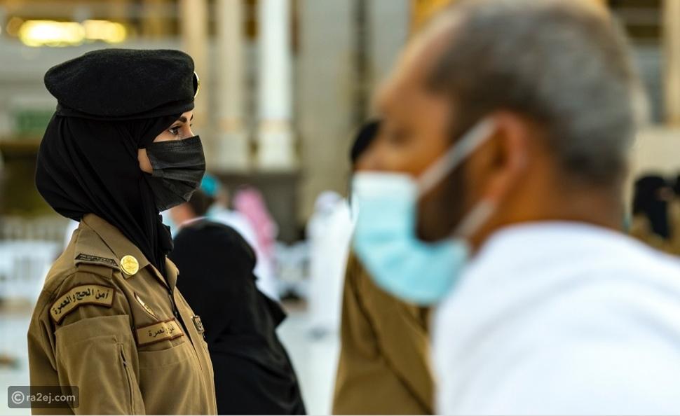 صورة سعودية بزيها العسكري داخل الحرم المكي تثير إعجاب السوشيال ميديا
