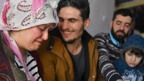 بالدموع: سيدة تركية تستقبل شابا سوريا أنقذها من الموت فما هي قصته؟