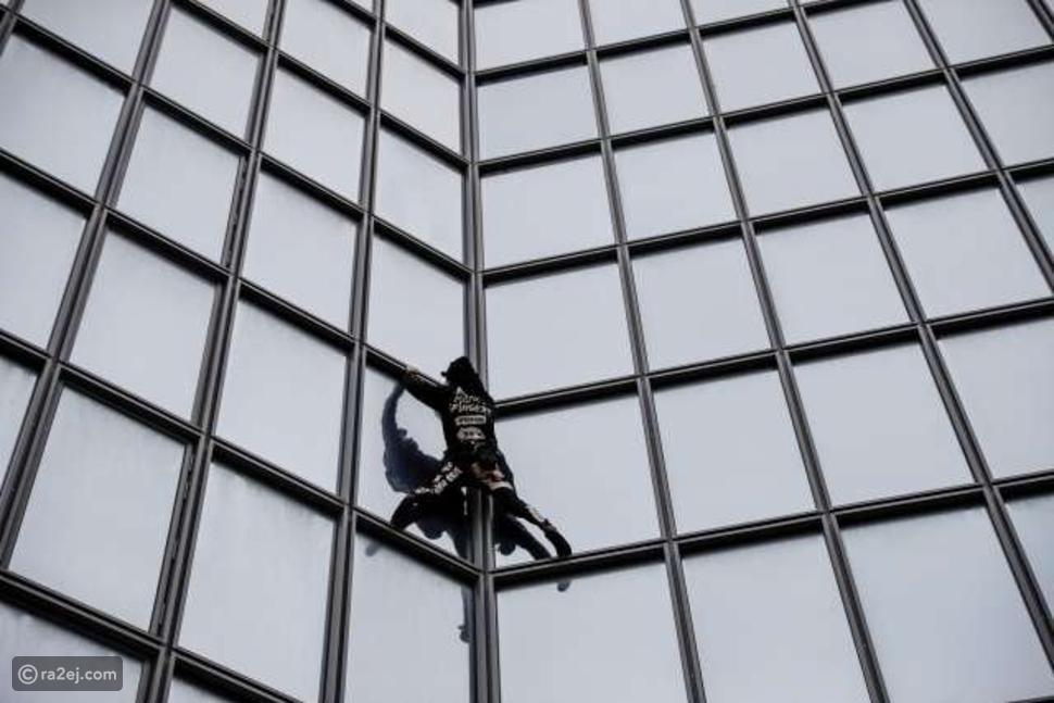رجل العنكبوت الفرنسي يحتج على طريقته الخاصة