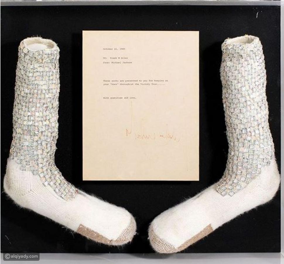 مزاد يعرض جوارب مايكل جاكسون الشهيرة بمشية القمر بسعر خيالي